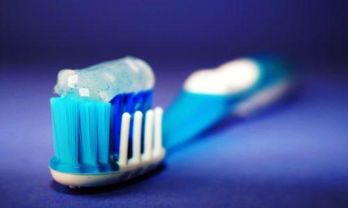 Białe plamki na zębach? Przyczyną może być nadmiar fluoru!